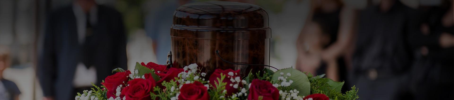 Urna pogrzebowa stojąca na wieńcu